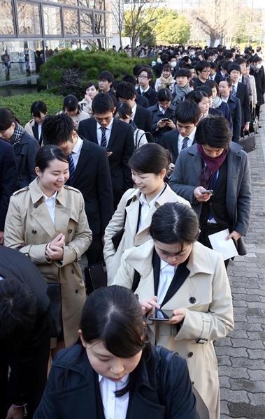 企業の合同説明会の会場前には学生が並んだ=3月1日、大阪市住之江区(前川純一郎撮影