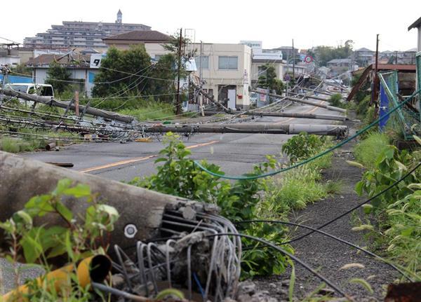 台風21号の影響で、電柱9本が倒れて道を塞いでいる=大阪府泉南市新家