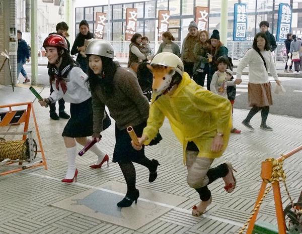 ハイヒールをはき懸命に走る参加者ら =和歌山県新宮市