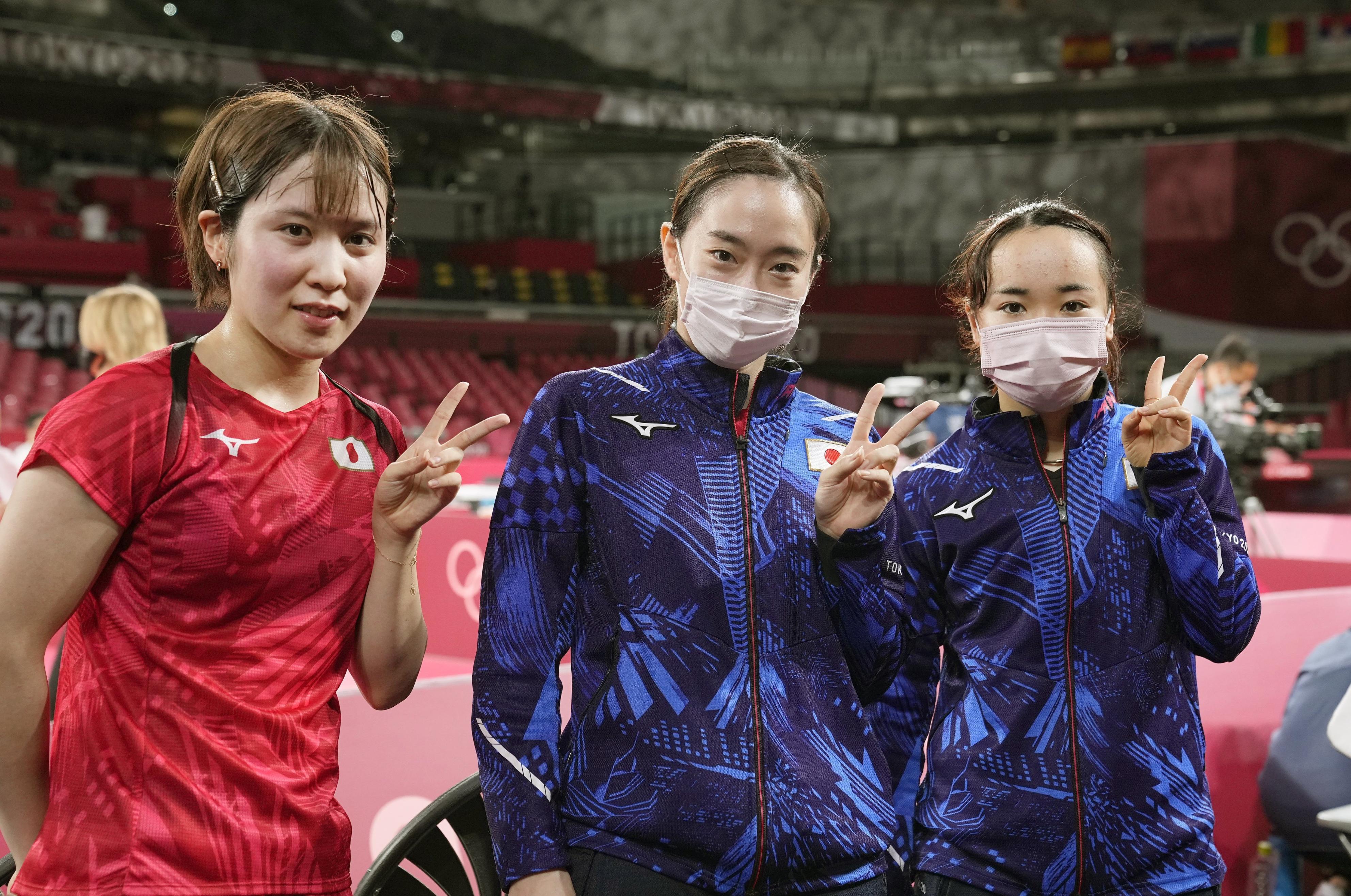 女子団体準々決勝で台湾を破って4強入りし、カメラに向かってポーズをとる(左から)平野美宇、石川佳純、伊藤美誠=東京体育館