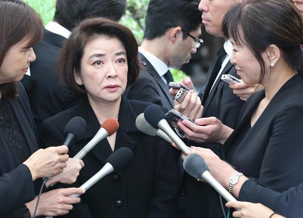 樹木希林さんの葬儀を終えて、記者の質問に答える岸本加世子=30日午前、東京都港区の光林寺(桐原正道撮影)
