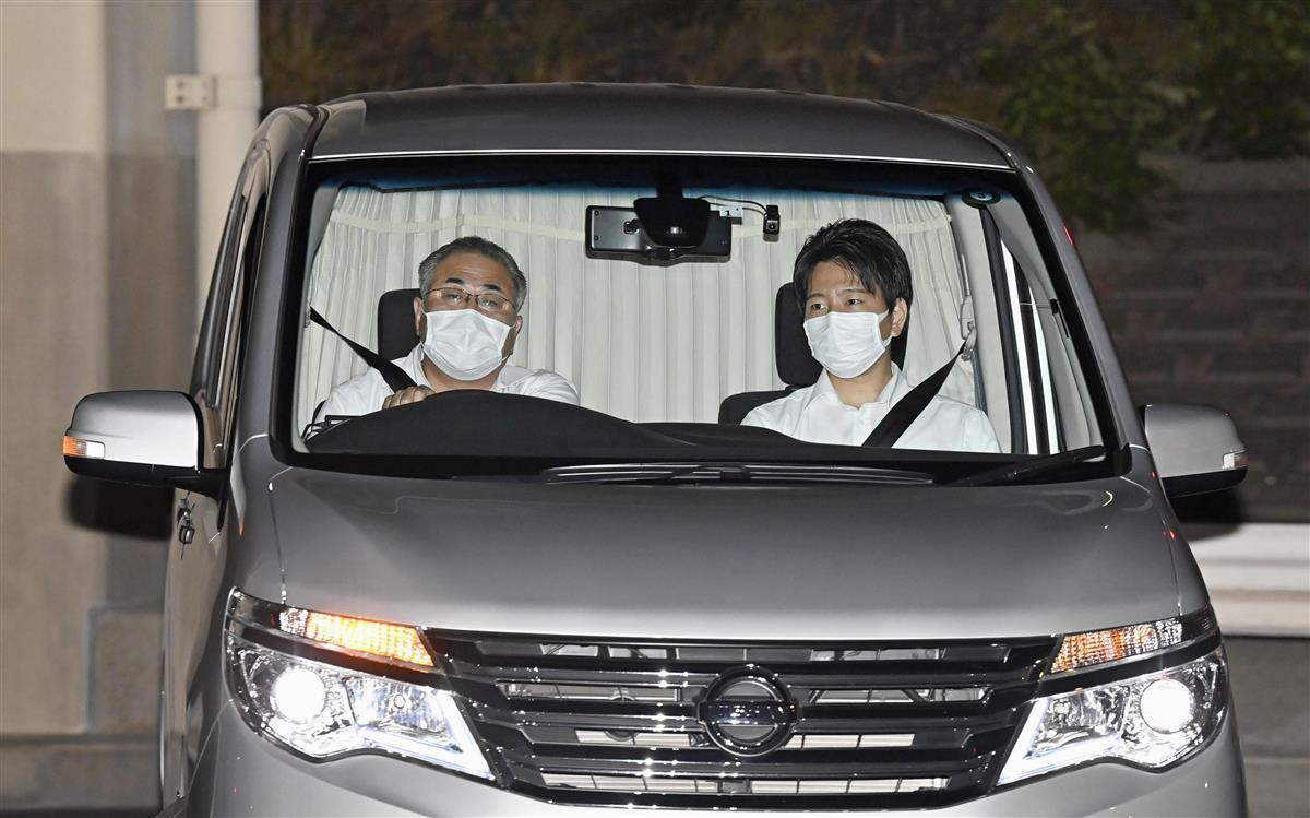 東京拘置所に入る、再逮捕された秋元司衆院議員を乗せた車両=20日午後7時33分