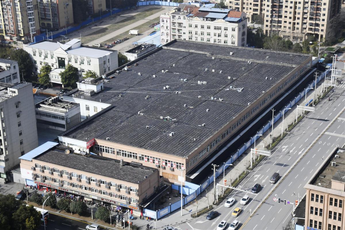 「華南海鮮卸売市場」が入る建物=1月、中国・武漢(共同)