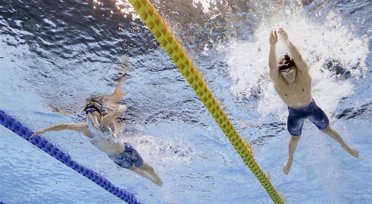 男子200メートル平泳ぎ決勝 優勝した佐藤翔馬。左は2位の渡辺一平=東京アクアティクスセンター