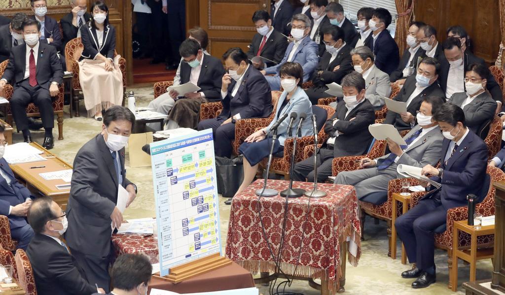 衆院予算委員会で質問する立憲民主党・枝野幸男代表(左)。右は安倍晋三首相=9日午前、国会・衆院第1委員室(春名中撮影)