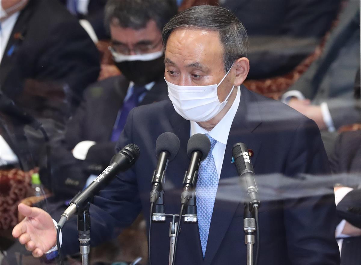 衆院予算委員会で答弁する菅義偉首相=8日午後、国会・衆院第1委員室(春名中撮影)