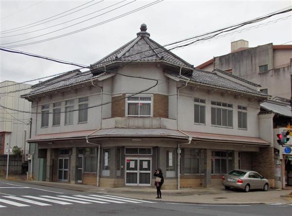 取り壊された「旧畝傍町公民館」(中央)=橿原市(平成27年撮影)