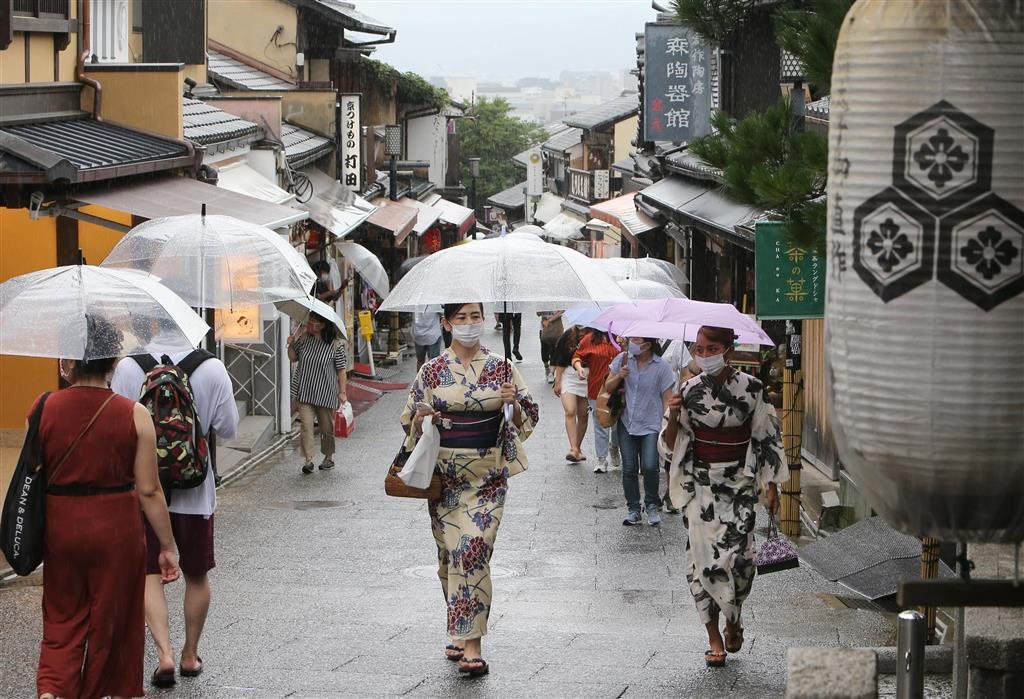 Go Toトラベルキャンペーンが始まって迎えた4連休の最終日、京都・清水坂は雨の中、傘をさして歩く観光客らでにぎわった=7月26日午後、京都市東山区(寺口純平撮影)