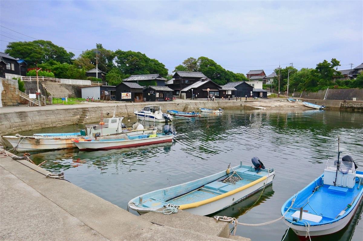 情緒的な佐久島の西港付近。古民家カフェなどが湾を囲む(小林希撮影)
