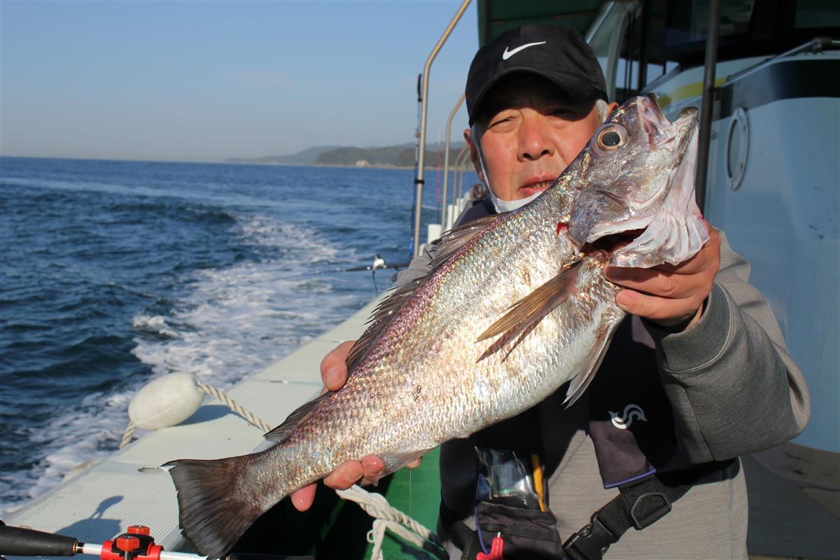 60センチと良型のクログチを釣り上げた浜口さん。このサイズになると引きもかなり強い