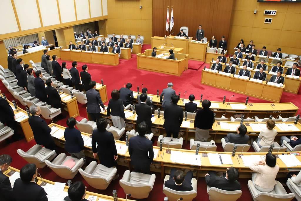 ヘイト禁止条例案を可決した川崎市議会=12日
