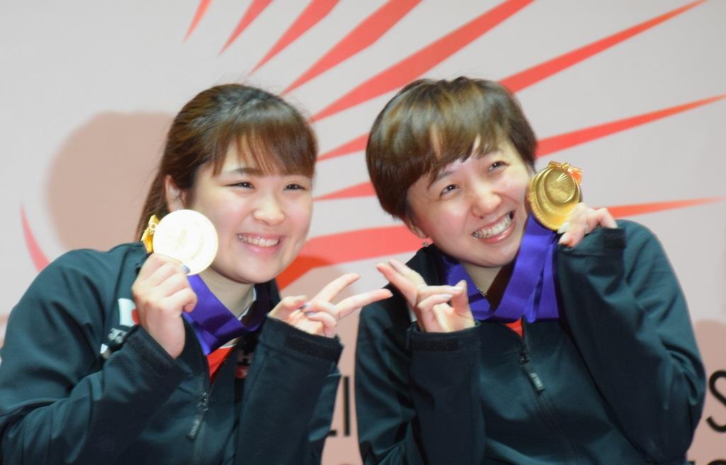表彰式で金メダルを手に笑顔の里見紗李奈選手(左)と山崎悠麻選手