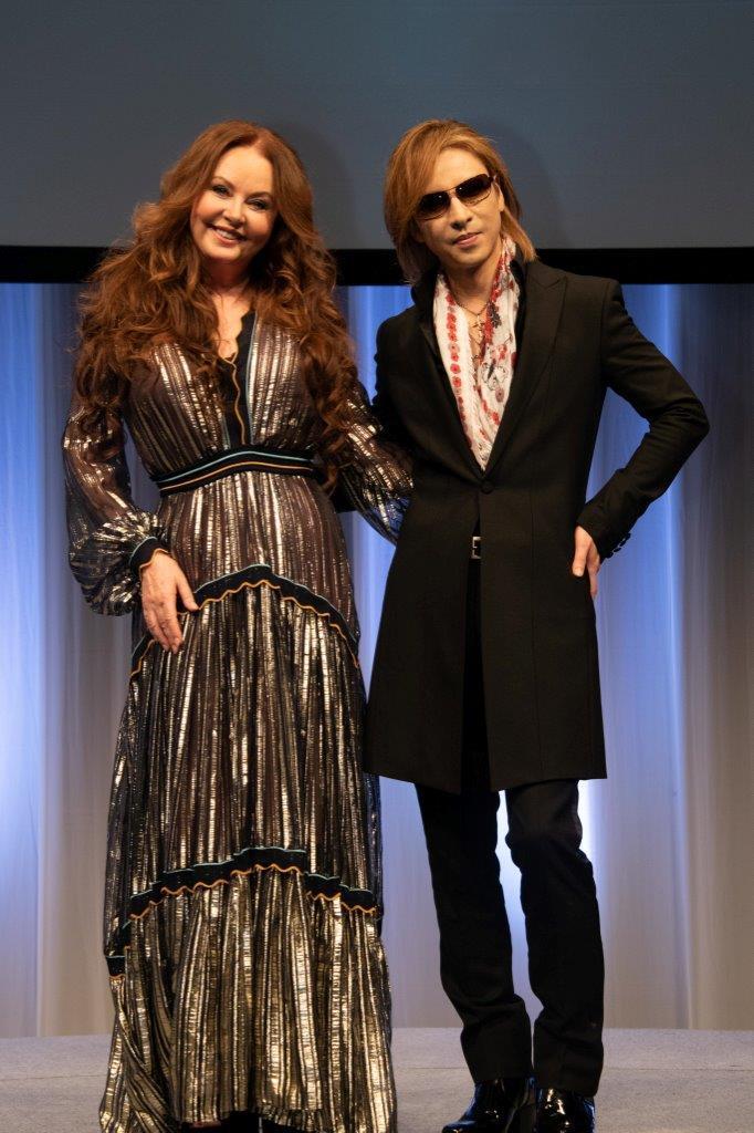 新作のPRで、YOSHIKI(右)とともに記者会見したサラ・ブライトマン(C)Ryota Mori