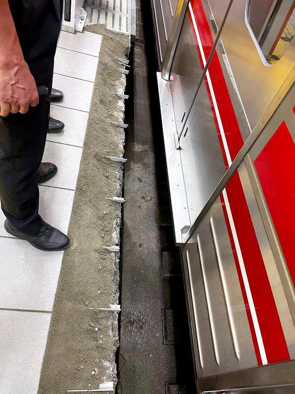 接触したゴムを外し、金具がむき出しになった大阪メトロ梅田駅のホームのへり=10日午前(大阪メトロ提供)