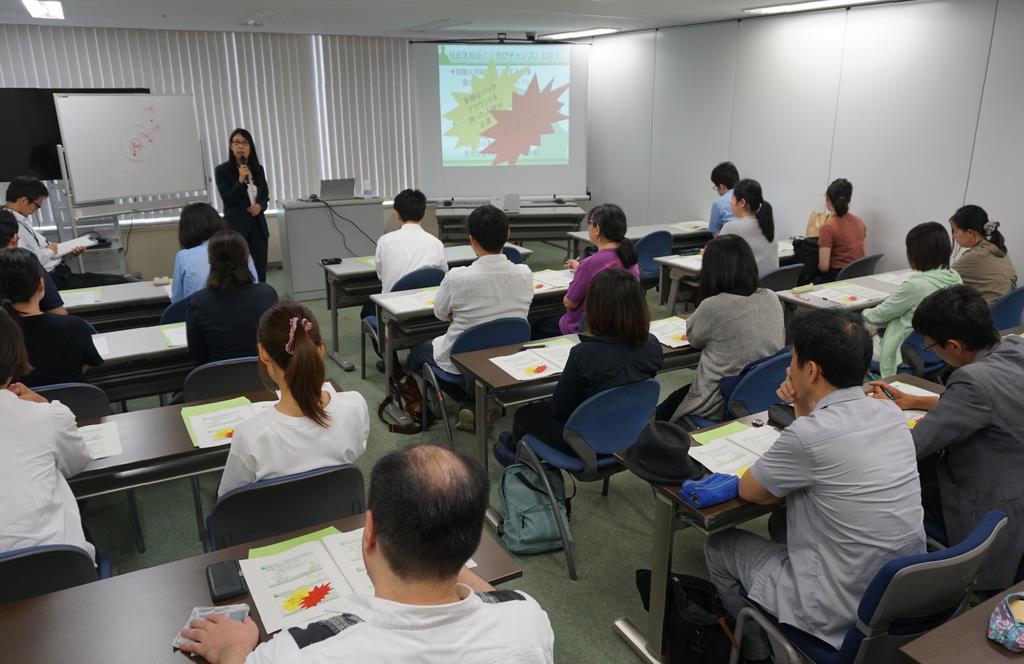 大阪市内で開かれた「就職氷河期世代」の支援セミナー。35~44歳の23人が参加した=5日午前、同市北区