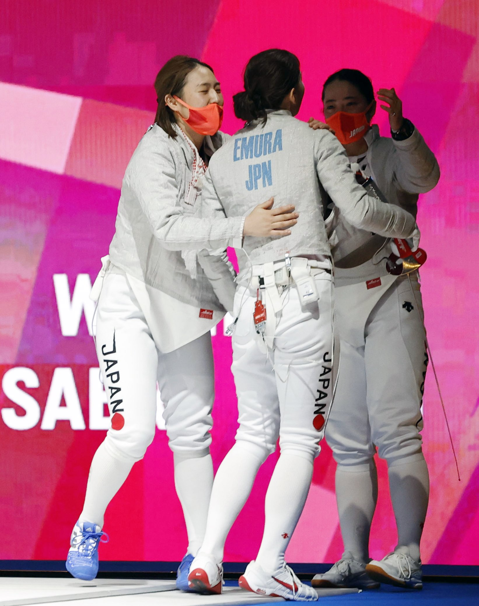 女子サーブル団体5、6位決定戦 米国に勝利し、抱き合う(左から)福島史帆実、江村美咲、田村紀佳=幕張メッセ