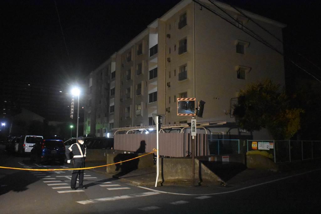 一室で2人が血を流して倒れているのが見つかった、さいたま市桜区の集合住宅=9日(内田優作撮影)
