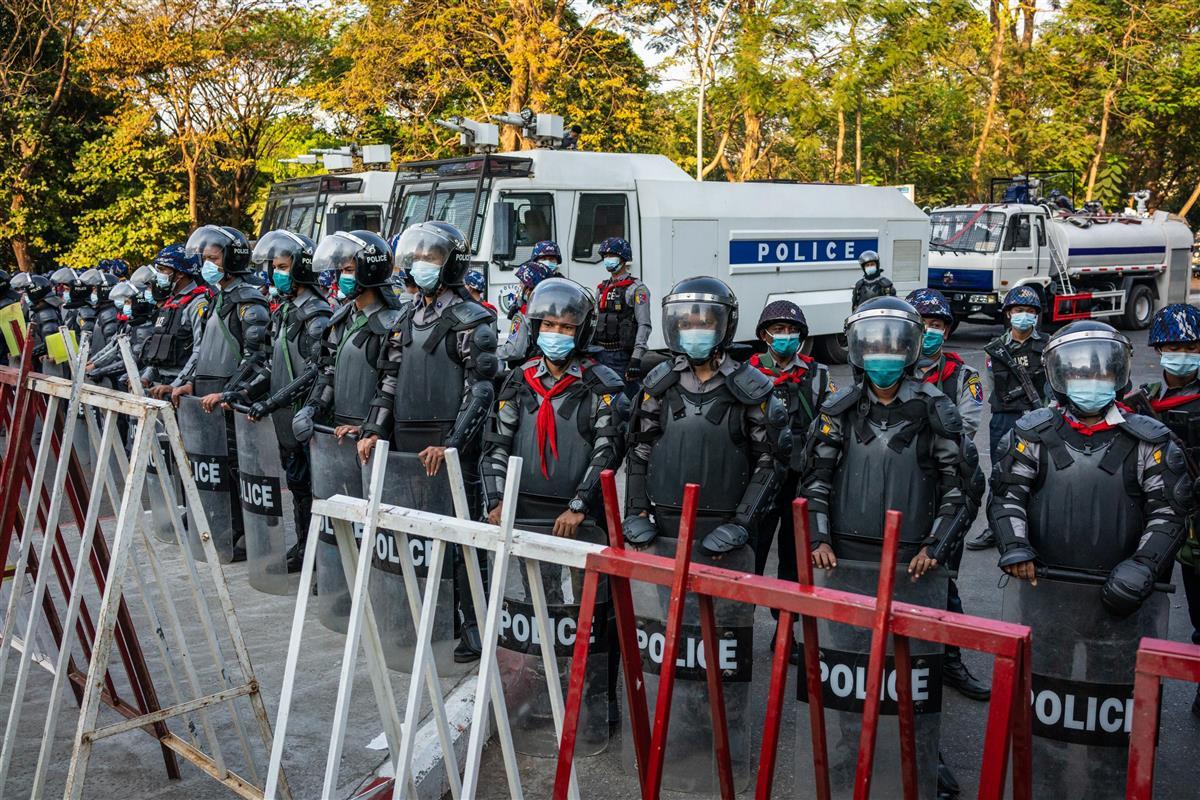 9日、ミャンマー・ヤンゴンで、デモ対応をする警官隊(ゲッティ=共同)