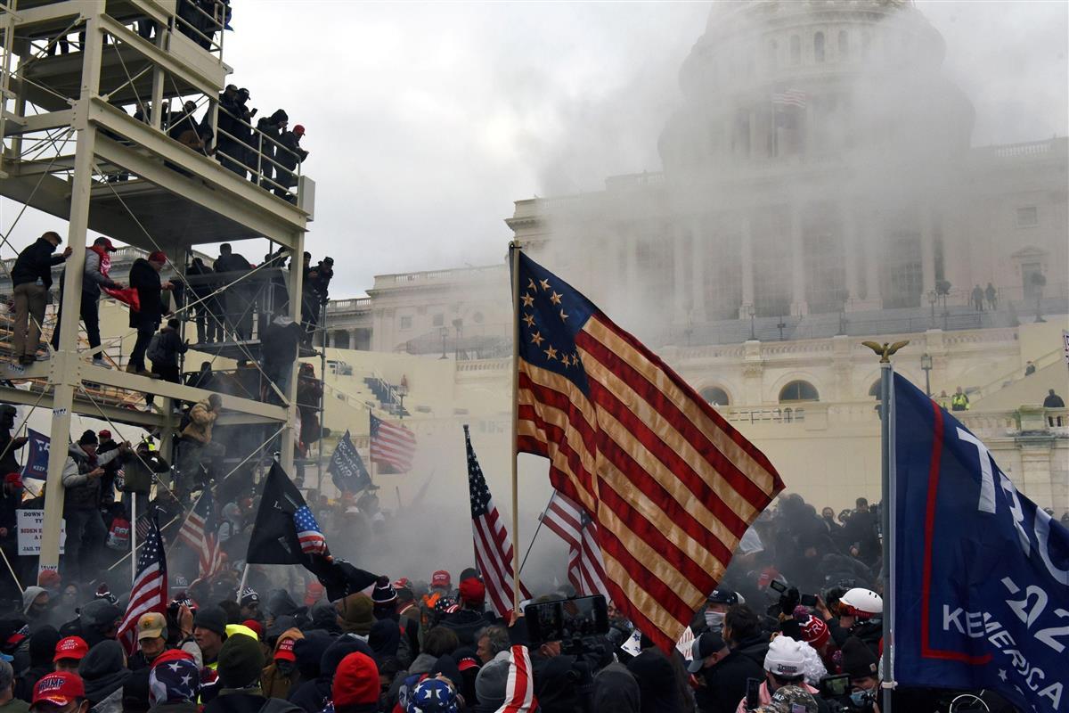 6日、米ワシントンの連邦議会議事堂の前で抗議するトランプ大統領の支持者(ロイター)
