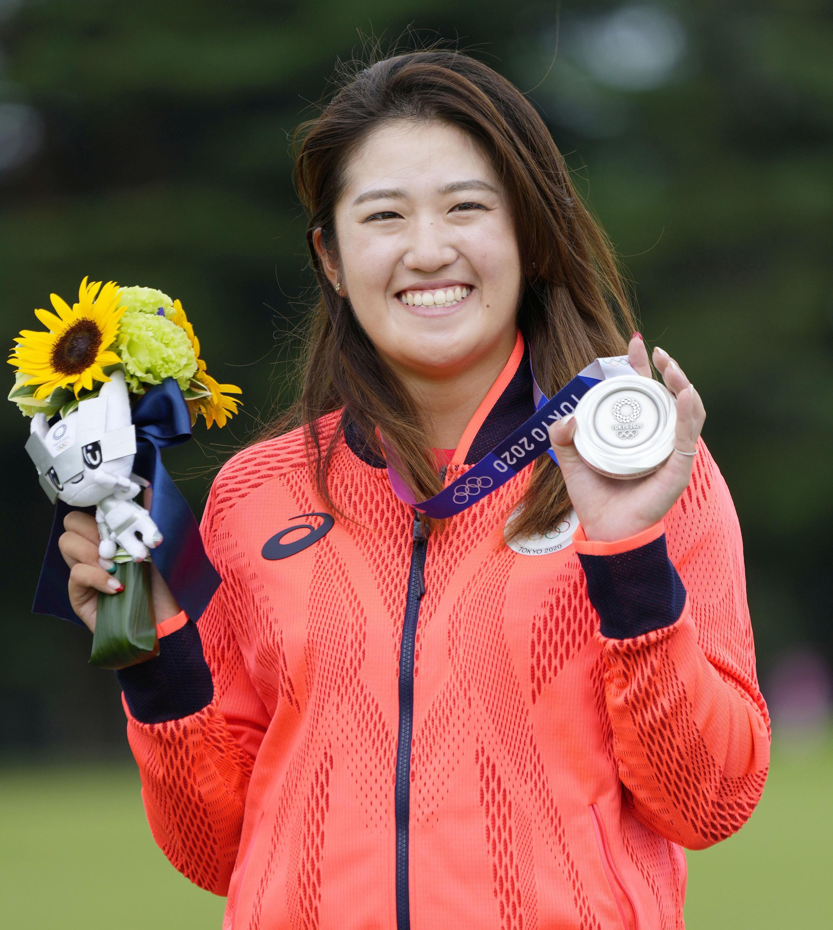 女子ゴルフで銀メダルを獲得し、笑顔の稲見萌寧=霞ケ関CC