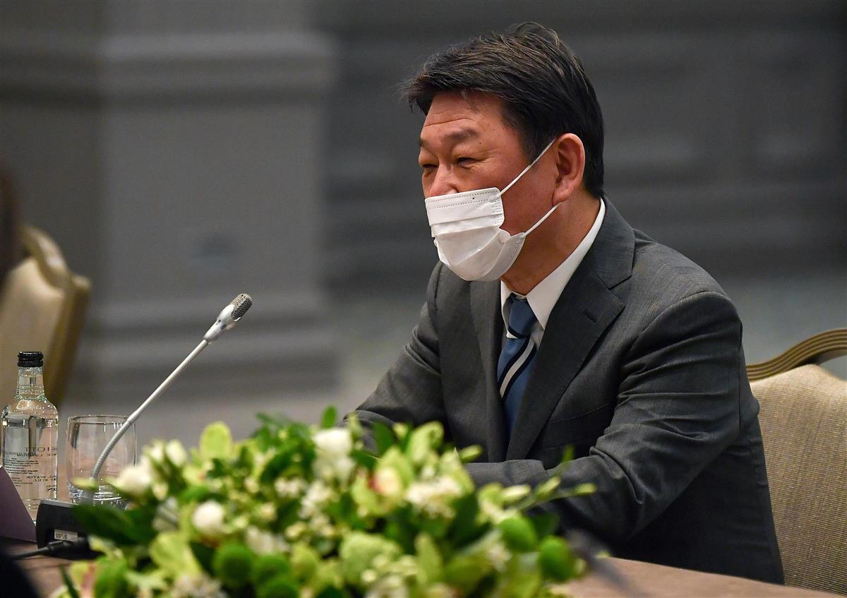 3日、ロンドンでの日米外相会談で、マスク姿で出席した茂木外相(AP=共同)