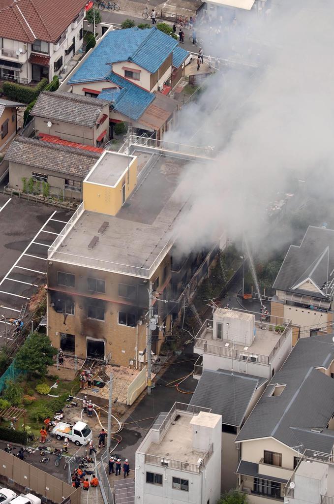 白煙を上げて燃える京都アニメーションのスタジオ=18日午後0時2分、京都市伏見区(本社ヘリから、鳥越瑞絵撮影)