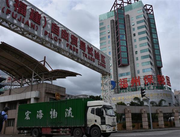福建省福州市の自由貿易試験区の敷地内から出るコンテナを積んだトラック=7月29日(三塚聖平撮影)