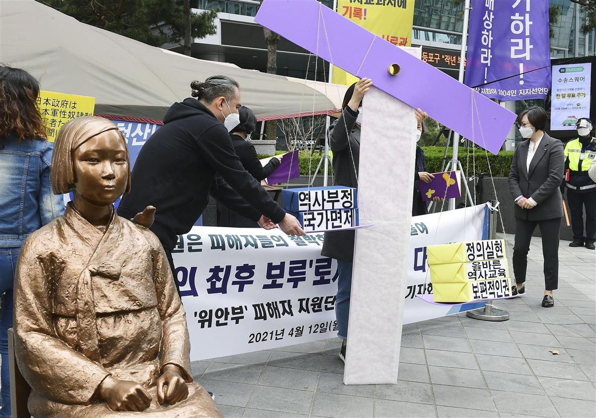12日、ソウルの日本大使館前で開かれた元慰安婦らの支援団体による集会(共同)