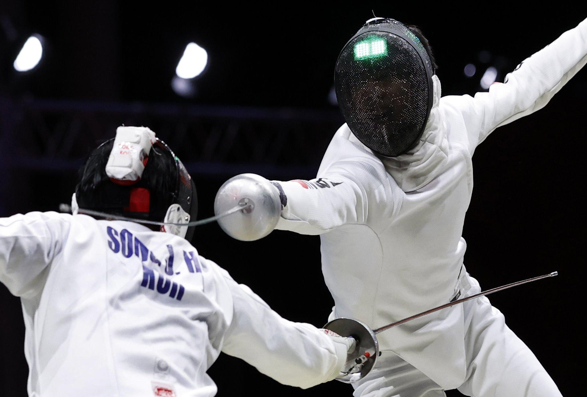 男子エペ団体準決勝 韓国選手(左)と対戦する加納虹輝=幕張メッセ