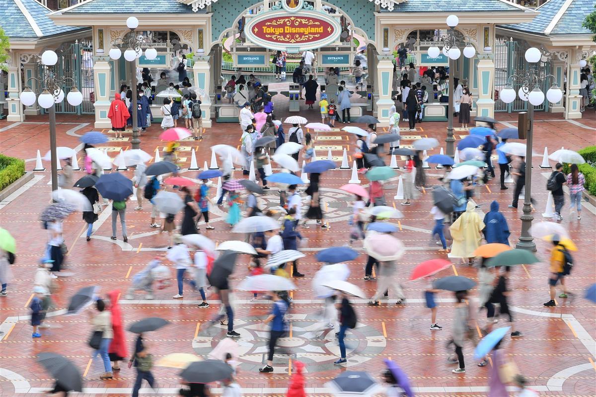 間隔をあけて東京ディズニーランドに入園する人たち=昨年7月23日、千葉県浦安市(宮崎瑞穂撮影)