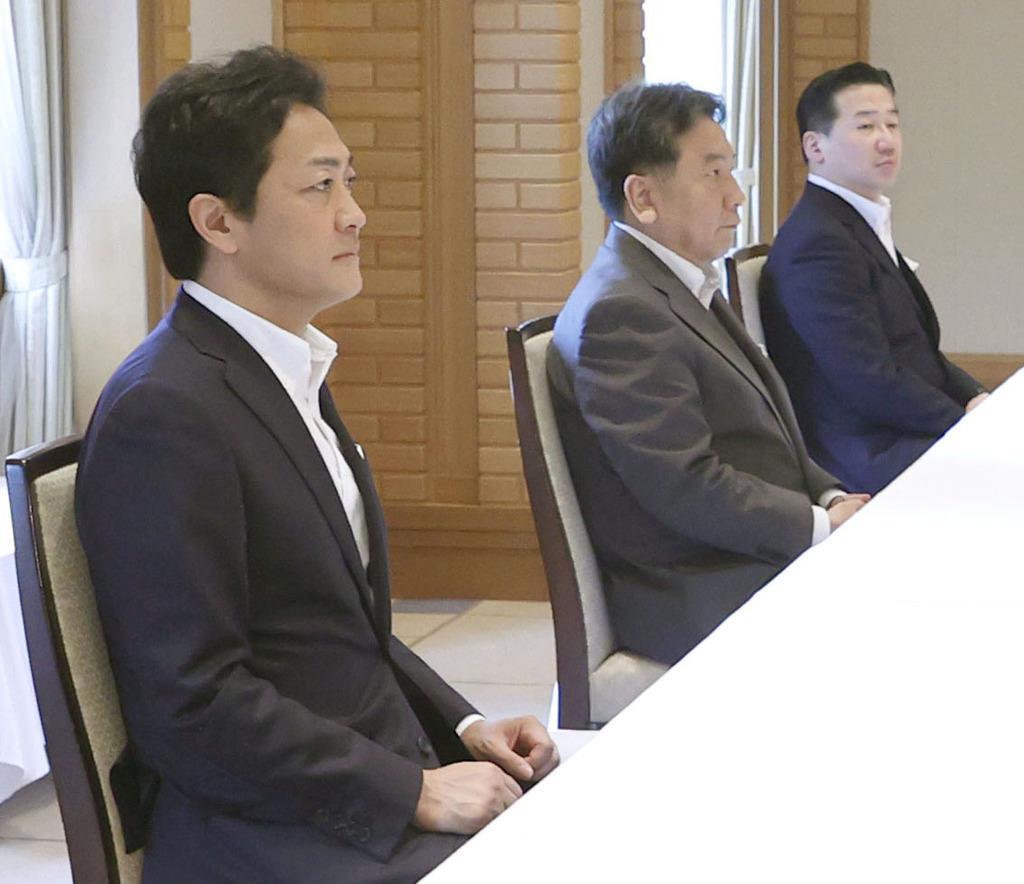 連合会長との会談に臨む(左から)国民民主党の玉木代表、立憲民主党の枝野代表ら=26日午前、東京都内のホテル