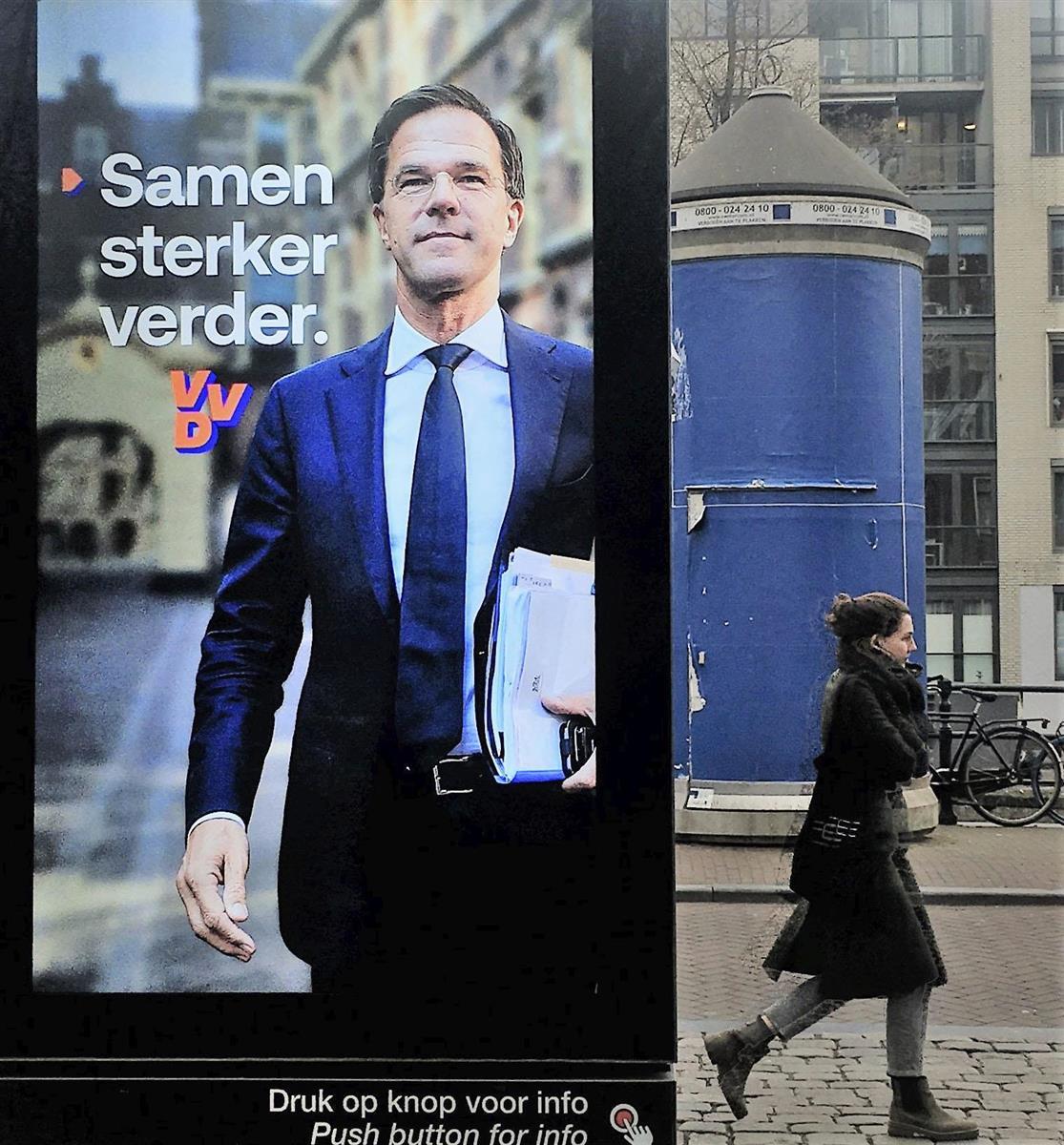 17日、オランダ・アムステルダム中心部で、ルッテ首相を大きく写した与党、自由民主党の選挙ポスター(共同)