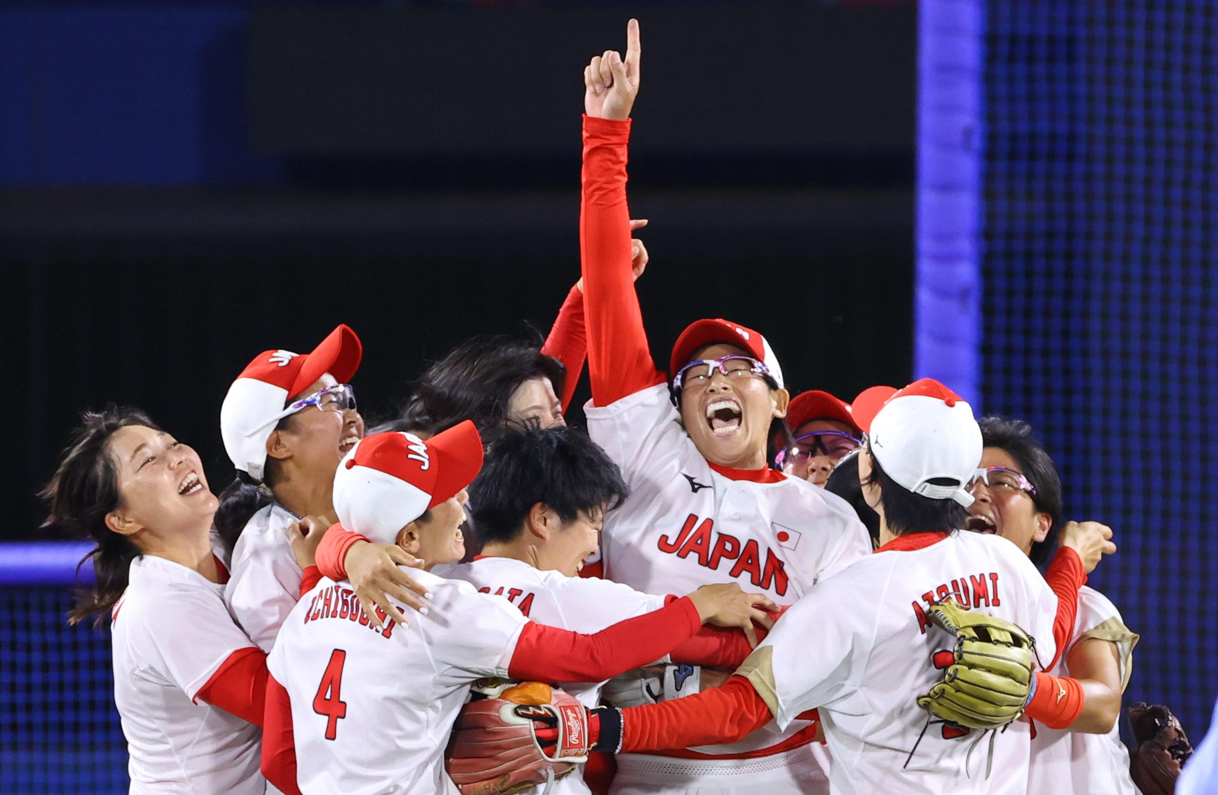 【東京五輪2020 ソフトボール 決勝】〈アメリカ対日本〉アメリカを破って金メダルを獲得し、喜ぶ日本代表ナイン=27日、横浜スタジアム(納冨康撮影)