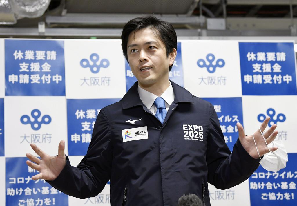 パチンコ店の休業などについて、記者の質問に答える大阪府の吉村洋文知事=30日午前、大阪府庁