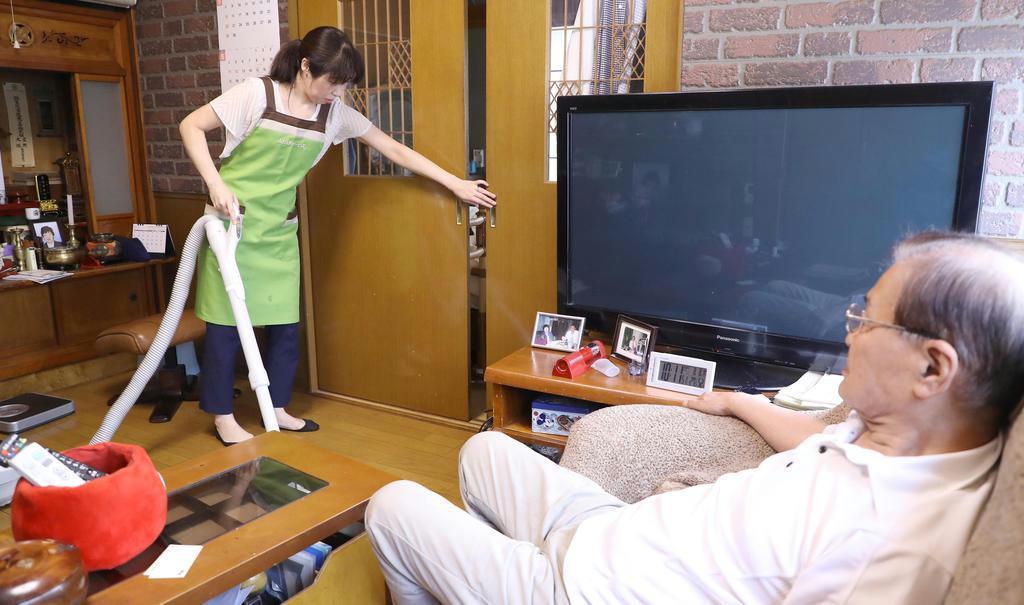 利用者の自宅を訪ねて、掃除や洗濯、庭木の水やりなどの家事をこなす枝光由希恵さん(左)=東京都千代田区(納冨康撮影)