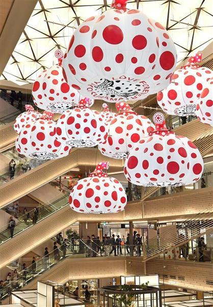 草間彌生さんの作品が展示された「GINZA SIX」の吹き抜け=20日午前、東京・銀座(宮崎瑞穂撮影)