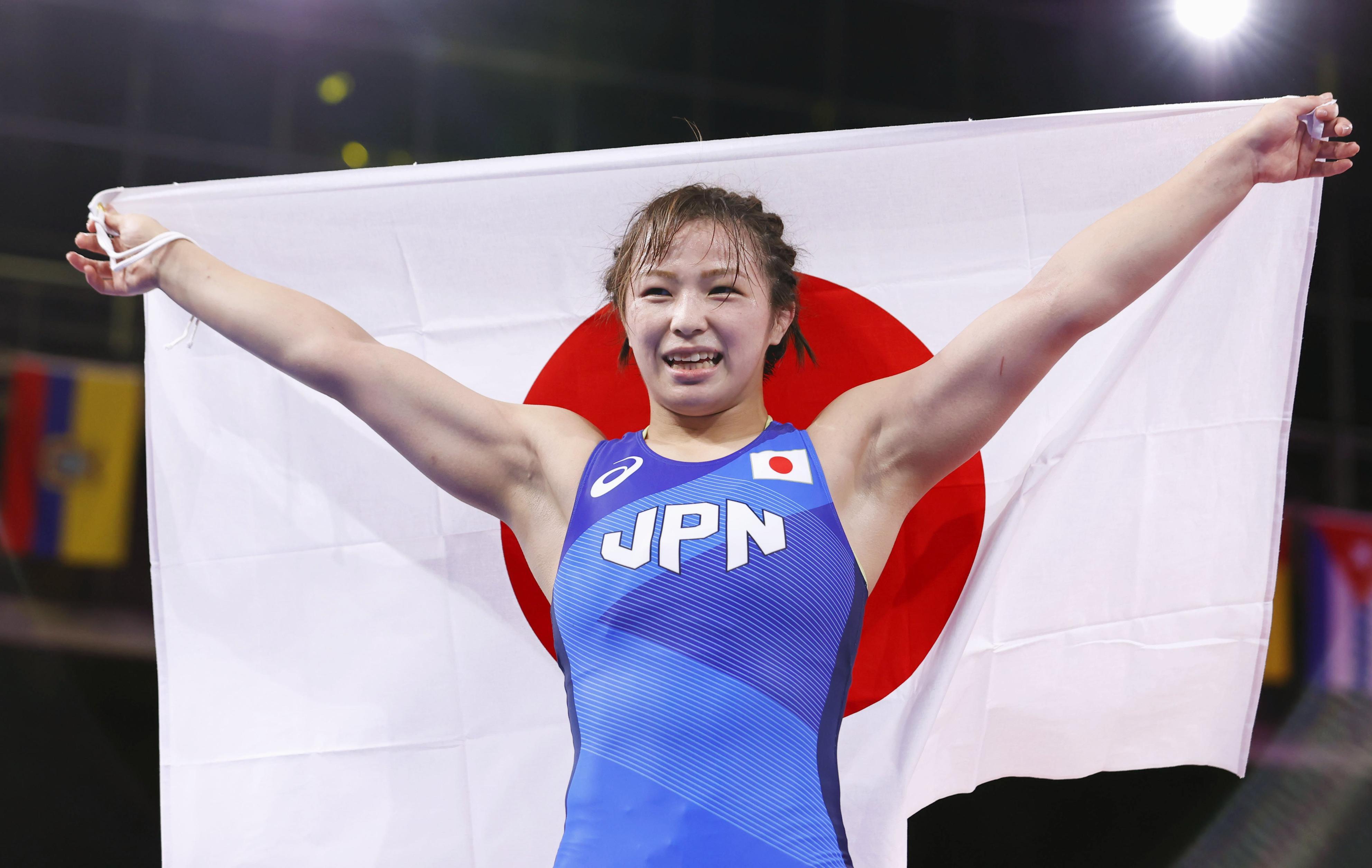 女子62キロ級で優勝し、日の丸を掲げ喜ぶ川井友香子=幕張メッセ