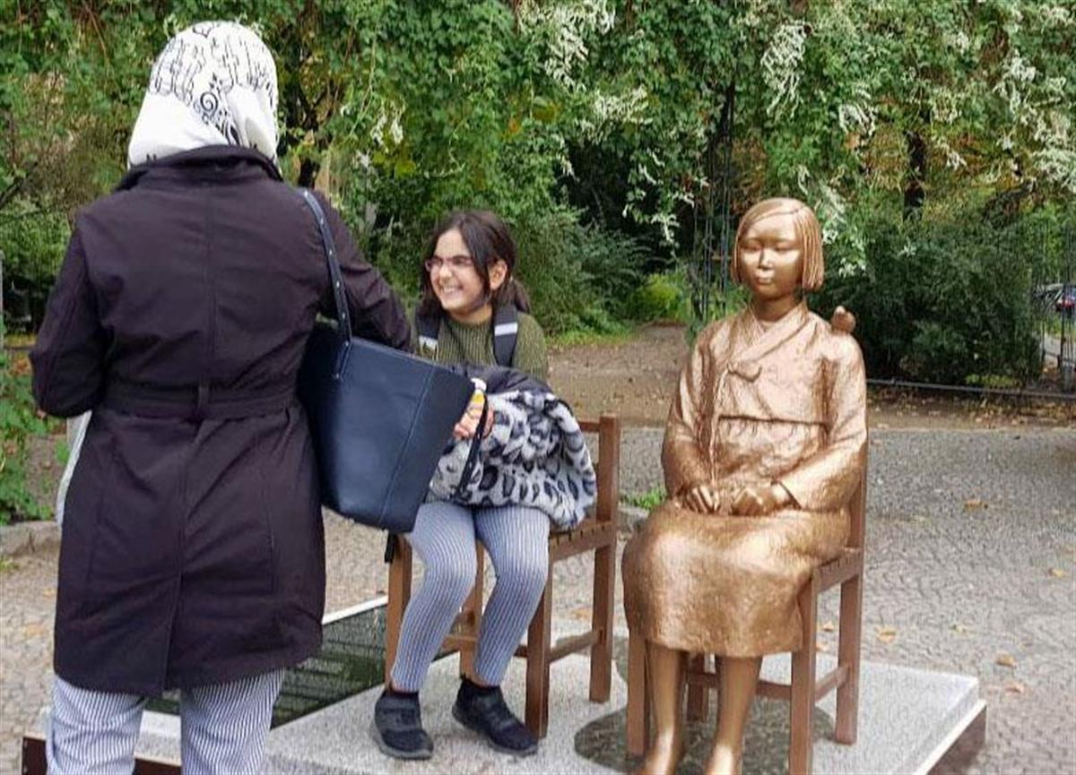 ドイツの首都ベルリンに設置された、元慰安婦の被害を象徴する少女像=9月25日(聯合=共同)