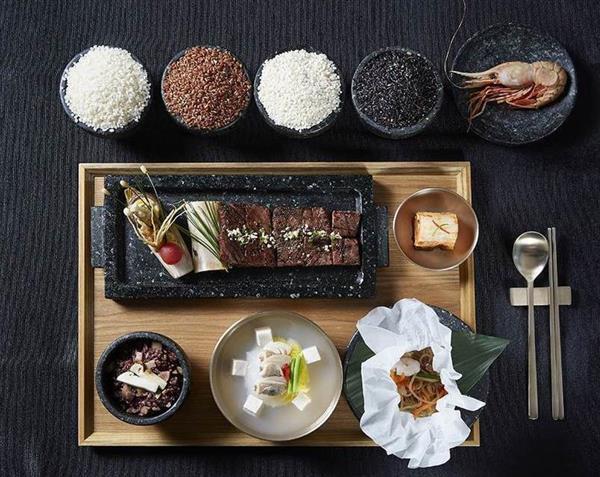 トランプ米大統領夫妻歓迎晩餐会のメニュー。マツタケ釜飯、韓国産牛肉のカルビ、「独島エビ」の和え物が並ぶ(韓国大統領府のホームページより)