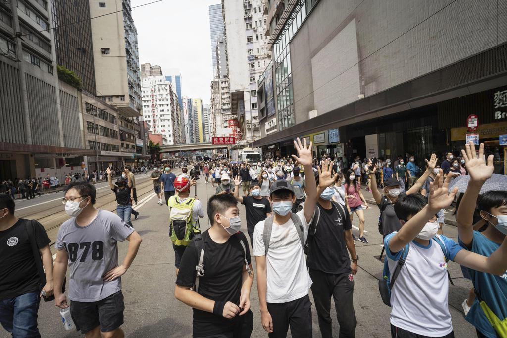 1日、香港の繁華街コーズウェイベイからワンチャイまでデモ行進する市民ら(共同)