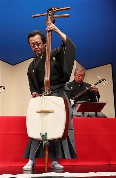 日本最大の三味線「豪絃」を弾く七代目杵屋佐吉さん(福島範和撮影)