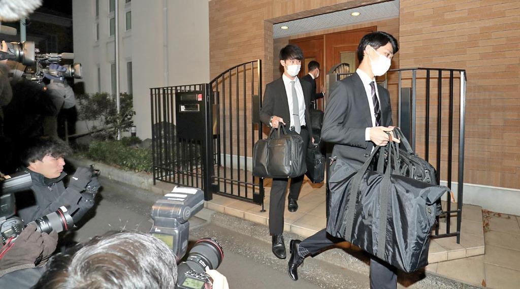 カルロス・ゴーン被告の住居を家宅捜索後、資料を手に外に出る東京地検の係官=2日午後、東京都港区(飯田英男撮影)