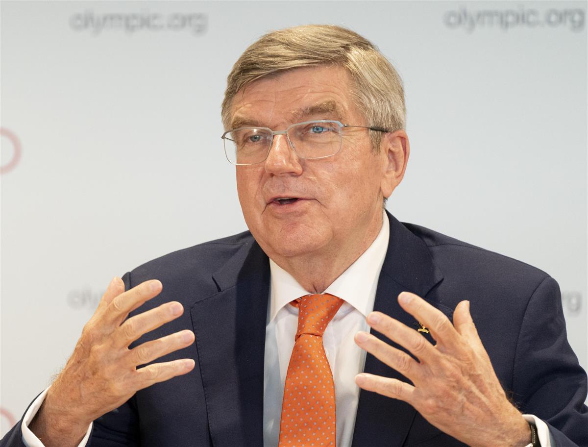 IOC理事会を終えて記者会見するバッハ会長=21日、スイス・ローザンヌ(IOC提供・共同)