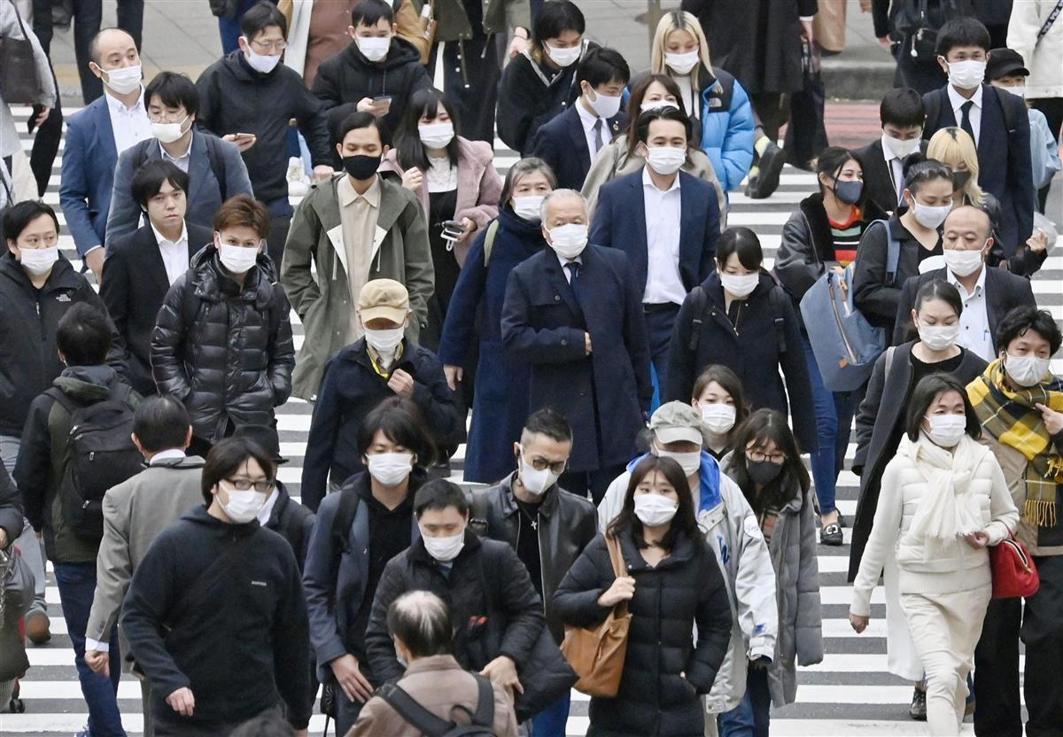 マスク姿で東京・新宿を歩く人たち。都内の新たな新型コロナウイルス感染者数が過去最多となった=27日午後