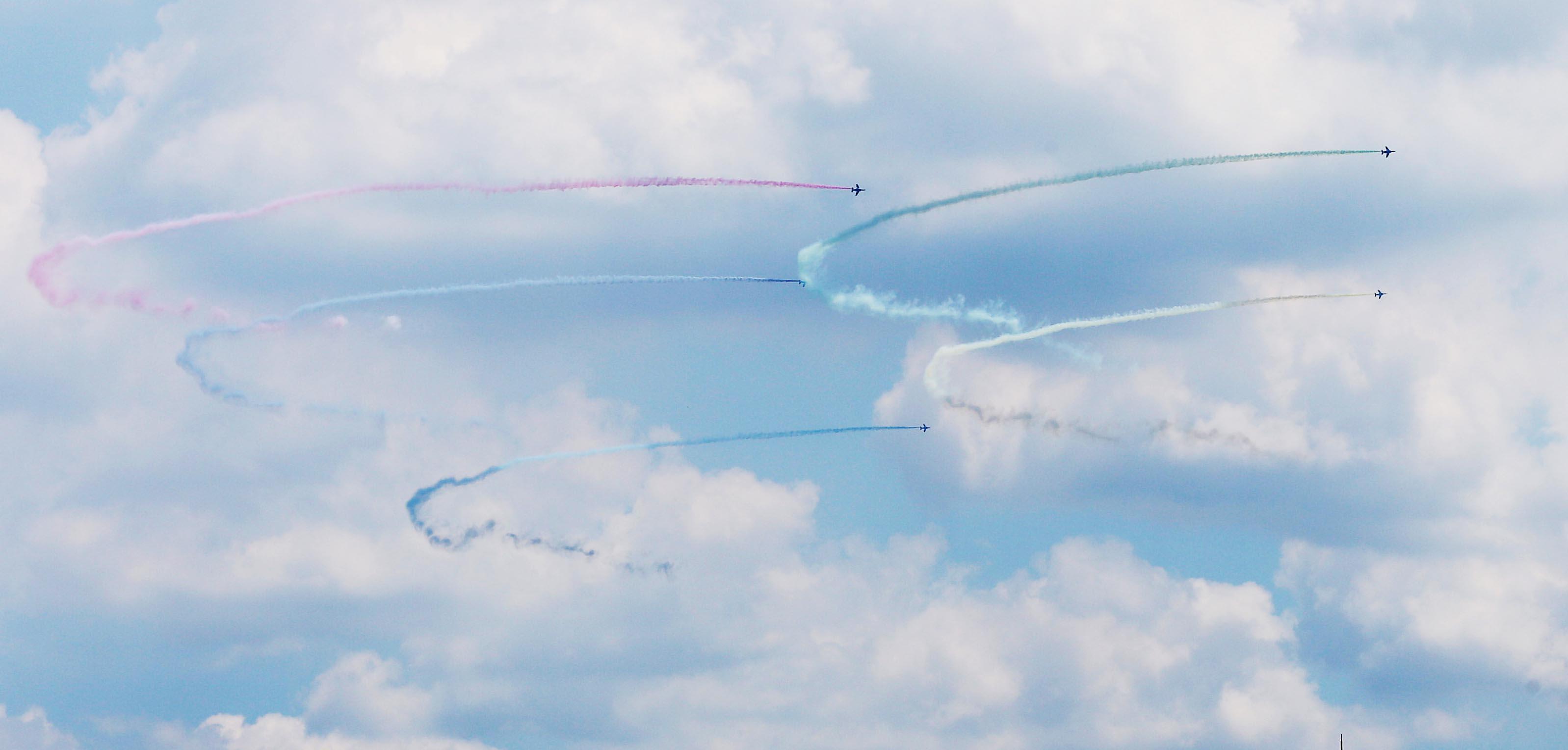 【東京2020 ブルーインパルス】東京五輪の開会式を前にブルーインパルスが東京上空に五輪マークを描いた =23日、東京都内(尾崎修二撮影)