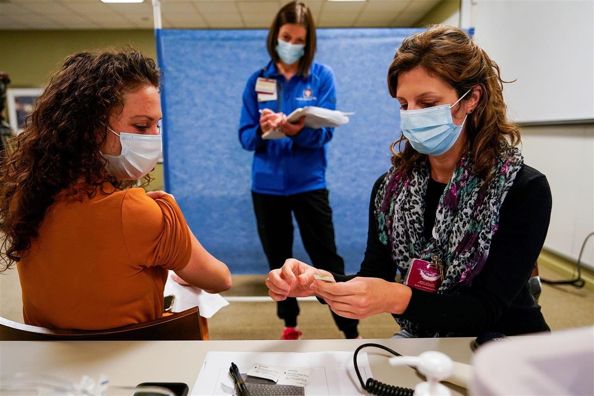 11日、米インディアナ州で新型コロナウイルス感染症のワクチン接種の予行演習をする医療従事者(ロイター)