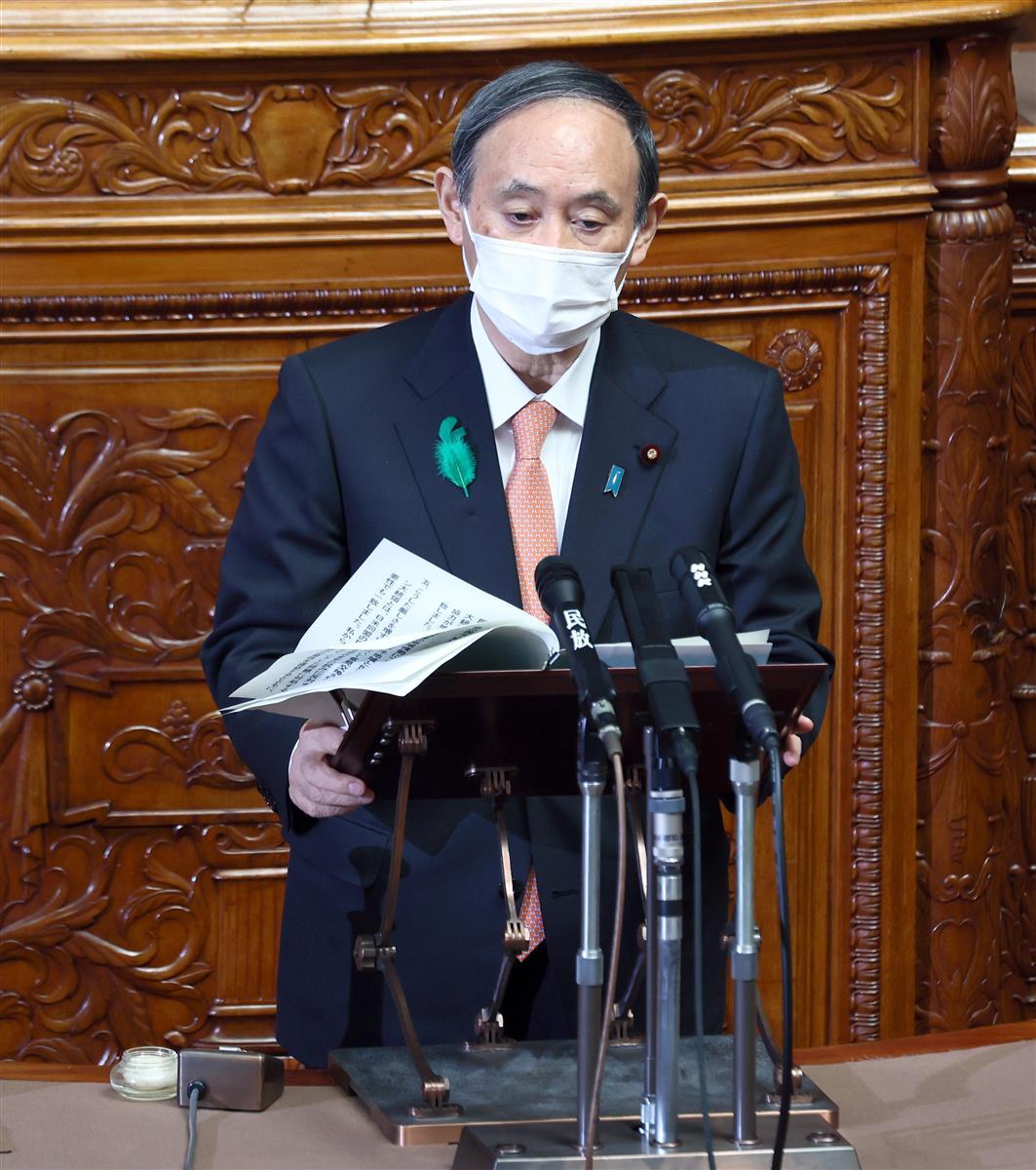 参院本会議で答弁する菅義偉首相=21日午前、国会(春名中撮影)