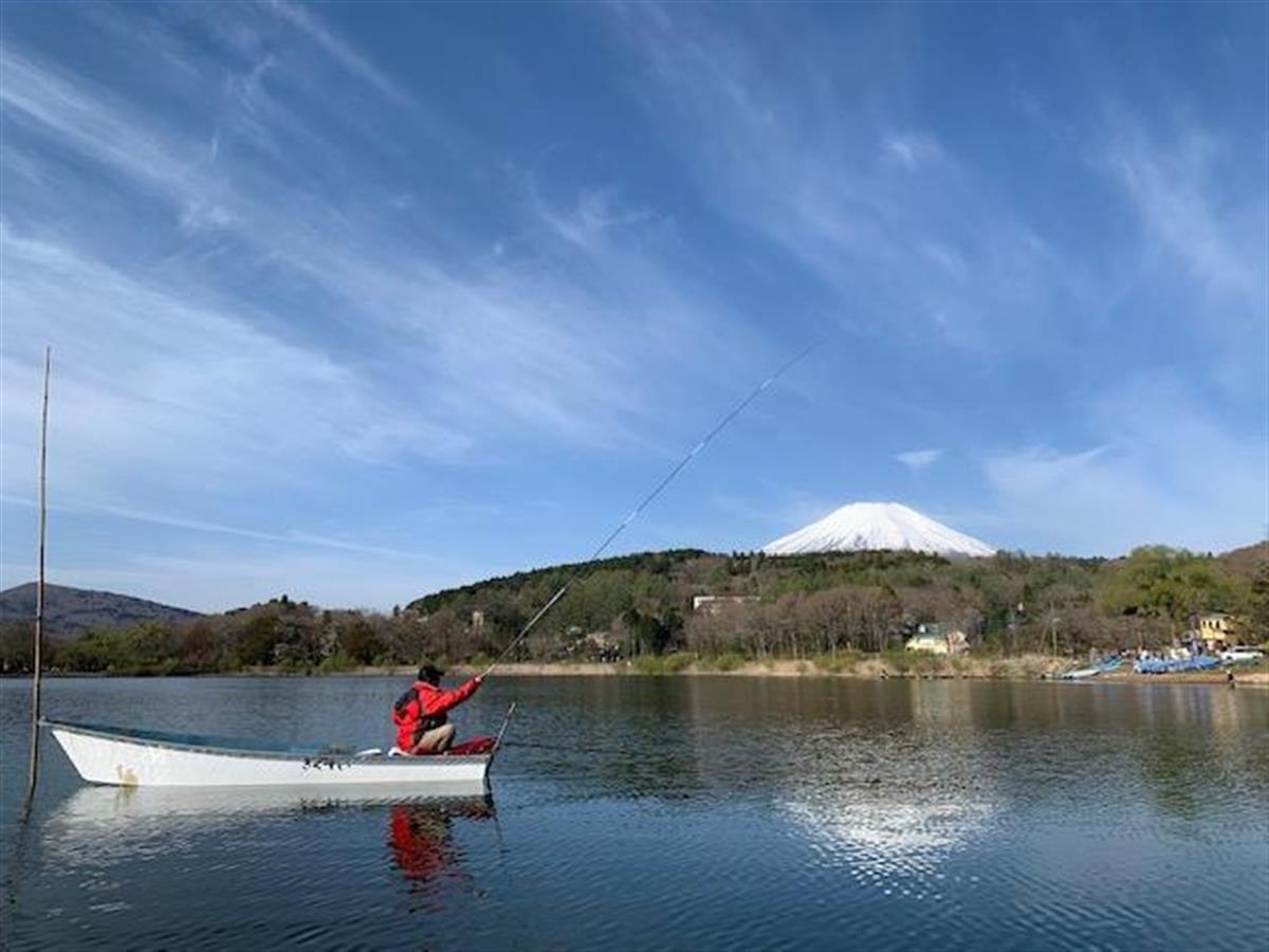 雪景色の富士山をバックに竿を出す