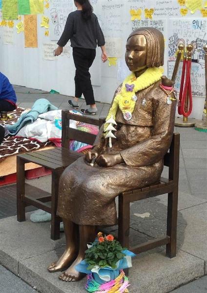 ソウルの日本大使館前の慰安婦像(名村隆寛撮影)