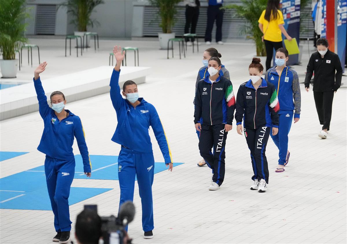 【飛び込みW杯第1日目】マスク姿で入場する選手たち=東京アクアティクスセンター(恵守乾撮影)